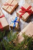 Diversos regalos del ` s del Año Nuevo envueltos en papel de embalaje Imagenes de archivo