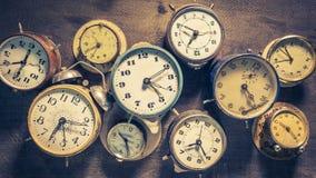 Diversos relojes colocados como animación del concepto de flujo del tiempo almacen de video