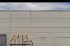 Diversos respiradouros brancos da ventilação são encontrados ao lado da construção fotos de stock