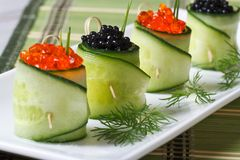 Diversos rolos de pepinos frescos com o caviar vermelho e preto Imagem de Stock