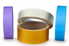 Diversos rolos multi-coloridos da fita adesiva em um backgro branco Fotos de Stock Royalty Free