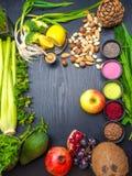 Diversos superfoods coloridos como polvo del acai, polvo del matcha, spirulina, semillas, arándano, bayas secadas del goji, miel foto de archivo