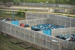 Diversos tambores da metragem do planador dos resíduos tóxicos Foto de Stock