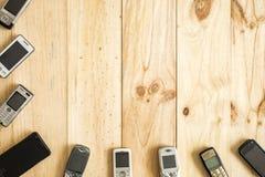 Diversos telefones celulares velhos e novos foto de stock