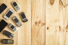 Diversos telefones celulares velhos e novos imagem de stock royalty free