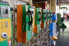 Diversos telefones públicos na rua Imagem de Stock