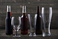 Diversos tipos cerveza y vidrios de cerveza Imagen de archivo