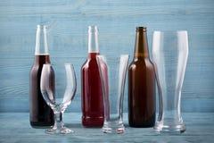 Diversos tipos cerveza y vidrios de cerveza Imagenes de archivo