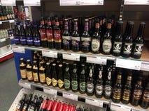Diversos tipos de alcohol en ALKO fotografía de archivo libre de regalías