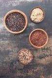 Diversos tipos de arroz en pequeños cuencos Imagen de archivo