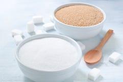 Diversos tipos de azúcar: azúcar marrón, blanco y refinado Foto de archivo libre de regalías