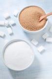 Diversos tipos de azúcar: azúcar marrón, blanco y refinado Foto de archivo