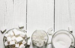 Diversos tipos de azúcar En el fondo de madera blanco Fotos de archivo libres de regalías