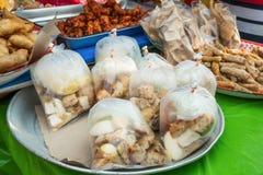 Diversos tipos de bocados halal que venden en el bazar del Ramad?n, se establece para que a los musulmanes se rompan r?pidamente  imágenes de archivo libres de regalías