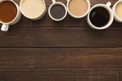 Diversos tipos de café en tazas en la tabla de madera, visión superior Fotografía de archivo libre de regalías
