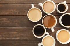 Diversos tipos de café en tazas en la tabla de madera, visión superior Imagen de archivo