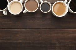 Diversos tipos de café en tazas en la tabla de madera, visión superior Imágenes de archivo libres de regalías