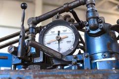 Diversos tipos de campos petrolíferos en el indicador y la válvula de presión foto de archivo libre de regalías