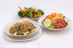 3 diversos tipos de ensaladas: arroz frito (chaufa) del arroz, ensalada fresca (tomates, cabage), ensalada del brocoli Foto de archivo libre de regalías