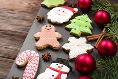Diversos tipos de galletas del pan de jengibre de la Navidad con las ramas de árbol de abeto, los palillos de canela, la estrella Imagenes de archivo
