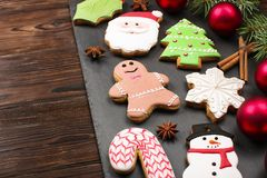 Diversos tipos de galletas del pan de jengibre de la Navidad con las ramas de árbol de abeto, los palillos de canela, la estrella Foto de archivo libre de regalías