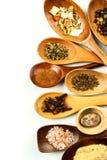 Diversos tipos de la especia en una cuchara de madera Venta de especias Especias en un fondo blanco imagenes de archivo