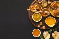 Diversos tipos de miel en el disco de madera Foto de archivo libre de regalías