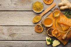 Diversos tipos de miel en el disco de madera Imagen de archivo libre de regalías