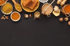 Diversos tipos de miel en el disco de madera Fotos de archivo