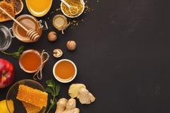 Diversos tipos de miel en el disco de madera Fotografía de archivo libre de regalías