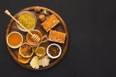 Diversos tipos de miel en el disco de madera, primer Fotos de archivo