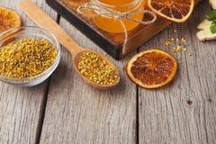 Diversos tipos de miel en el disco de madera, primer Foto de archivo