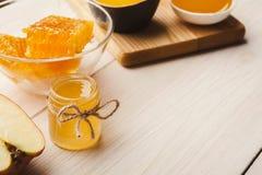 Diversos tipos de miel en el fondo de madera blanco Imágenes de archivo libres de regalías