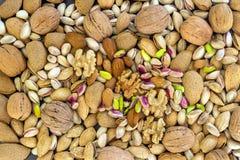 Diversos tipos de nueces clasificaron las nueces, las almendras y los pistachos imagenes de archivo