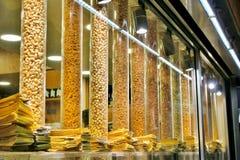 Diversos tipos de nueces frutos secos y bocados imagenes de archivo