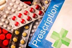 Diversos tipos de píldoras y de prescripción en un fondo negro imagenes de archivo
