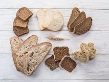 Diversos tipos de pan cortado fotografía de archivo