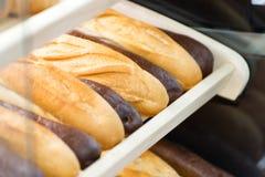 Diversos tipos de pan en el estante en el primer de la tienda imagenes de archivo