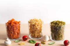 Diversos tipos de pastas italianas con las verduras en la tabla fotografía de archivo libre de regalías