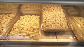 Diversos tipos de pastas típicos de Apulia almacen de video