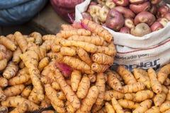 Diversos tipos de patatas en la exhibición en el mercado de Rodriguez - La Paz, Bolivia foto de archivo libre de regalías