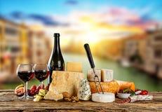 Diversos tipos de queso con el vino rojo Foto de archivo