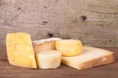 Diversos tipos de queso en un fondo de madera Imagen de archivo libre de regalías