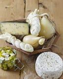 Diversos tipos de quesos en un fondo de madera Disco del queso fotografía de archivo