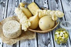 Diversos tipos de quesos en un fondo de madera Disco del queso fotos de archivo