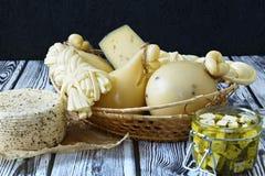 Diversos tipos de quesos en un fondo de madera Disco del queso imágenes de archivo libres de regalías