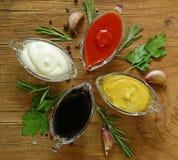 Diversos tipos de salsas en salsas Fotos de archivo