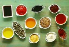 Diversos tipos de salsas y de aceites en cuencos Fotos de archivo libres de regalías
