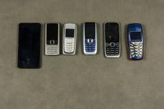 Diversos tipos de teléfonos móviles Imagen de archivo