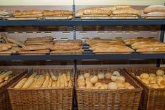 Diversos tipos de tipos do cereal da inteiro-grão das pastelarias no contador na loja Imagens de Stock